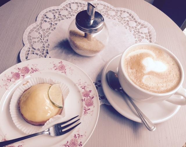 Ein leckerer Cappuccino vor mir auf dem Tisch. Die idealen Bedingungen um meinen Blogpost über das neue Zauberwort Hygge zu schreiben.