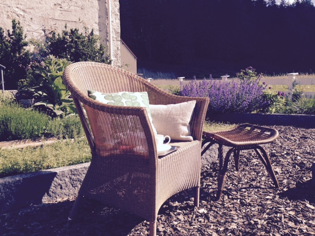 Einer meiner absoluten Lieblingsplätze zum Lesen und Schreiben ist der Kräutergarten im DAS KRANZBACH.