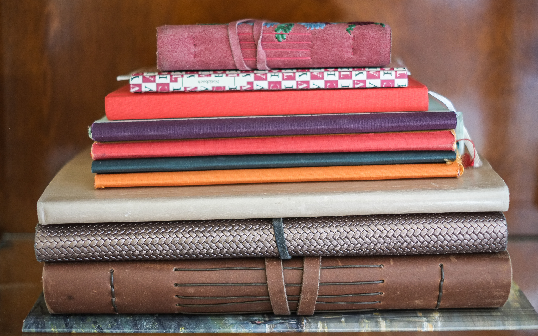 Ein kleiner Stapel meiner Notizbücher. Viele meiner Freunde schenken mir schöne Notizbücher.