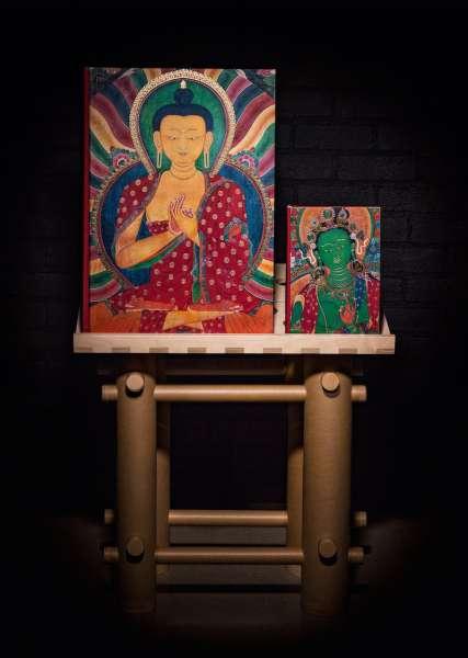 Der SUMO: Der Einband zeigt Buddha Shakyamuni, ein Meisterwerk aus dem Kumbum in Gyantse, gemalt von Konchok Zangpo im frühen 15. Jahrhundert. Der SUMO (links), der Begleitband im XL-Format (rechts) und der Buchständer von Shigeru Ban