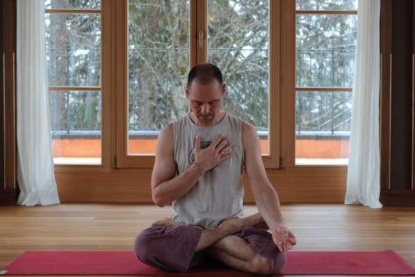 Timo Wahl, Yogalehrer und Gründer eines Yogastudios in Frankfurt erklärt den Zusammenhang von Resilienz und Yoga.
