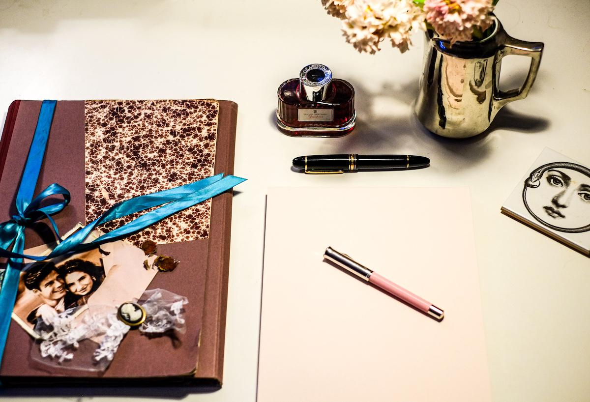 Sich Zeit nehmen und mit dem Füllfederhalter einen Brief schreiben. Ein besonderes Valentinsgeschenk.